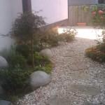 Малък двор с пътека и филц
